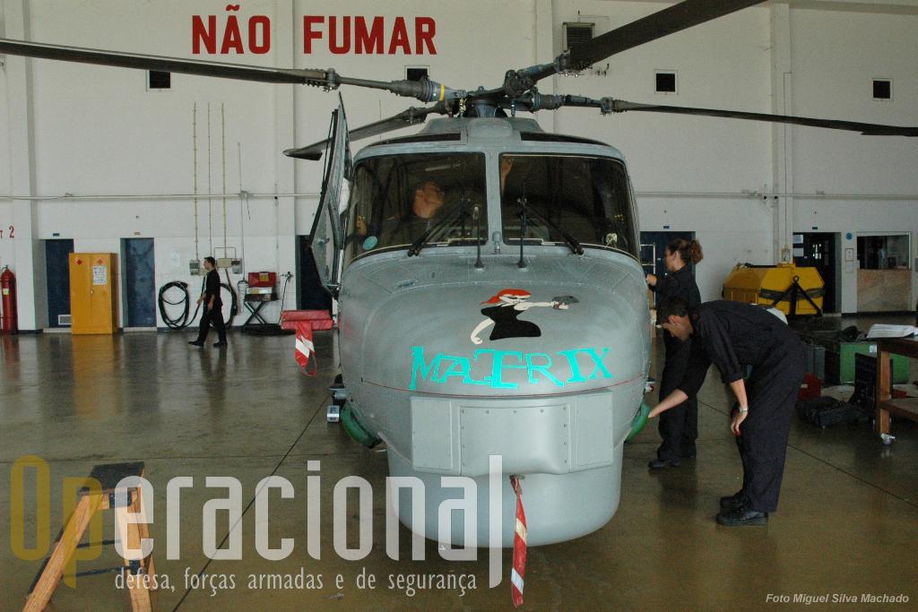 """Os emblemas dos Destacamentos dos Lynx da Marinha Portuguesa Todos os destacamentos """"flight"""" criam os seus próprios emblemas que usam quer nos fatos de voo, quer nos helicópteros, os chamados """"Nose Art"""". Estes são constituídos por um desenho – que é transposto para o nariz do helicóptero – e ao mesmo tempo constitui o indicativo rádio desse aparelho durante o tempo que se encontra embarcado. Os Lynx que estão na EHM, no Montijo, não os usam. Os destacamentos ao serem activados têm um número de ordem."""