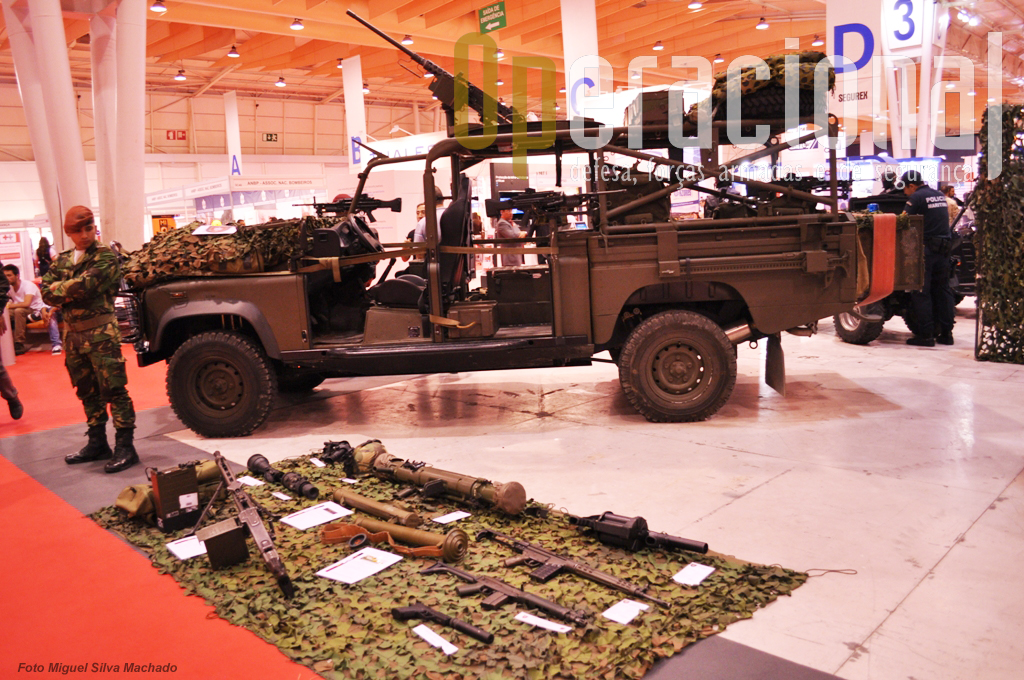 """Os """"Comandos"""" apresentaram a sua viatura Land Rover Defender 130, e algum (pouco) armamento individual e colectivo em uso no Exército Português."""