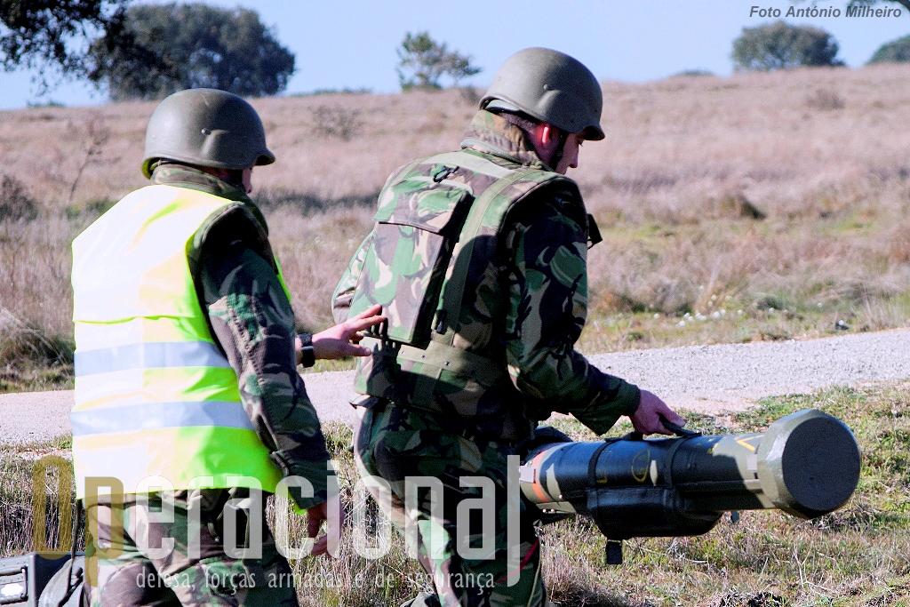 O municiador transporta o contentor tubular com o míssil real.