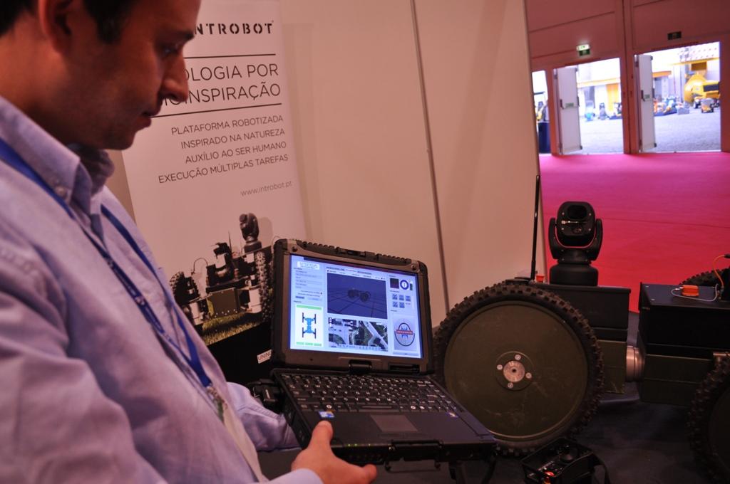 Magno Guedes apresenta algumas da capacidades do equipamento, nomeadamente a possibilidade de se definir um trajecto através do google maps. Os seus sensores têm também, por exemplo, capacidade de reconhecimento facial de várias pessoas em simultâneo, e seguir caminhos detectados de modo autónomo.
