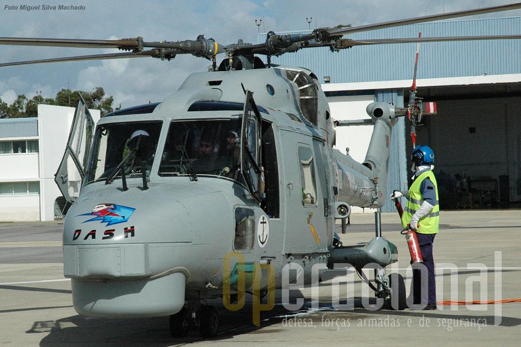 """Todos os destacamentos """"flight"""" criam os seus próprios emblemas que usam quer nos fatos de voo, quer nos helicópteros, os chamados """"Nose Art"""" (em cima, """"Matrix""""). Estes são constituídos por um desenho – que é transposto para o nariz do helicóptero – e ao mesmo tempo constitui o indicativo rádio desse aparelho durante o tempo que se encontra embarcado. Os Lynx que estão na EHM, no Montijo, não os usam. Os destacamentos ao serem activados têm um número de ordem."""