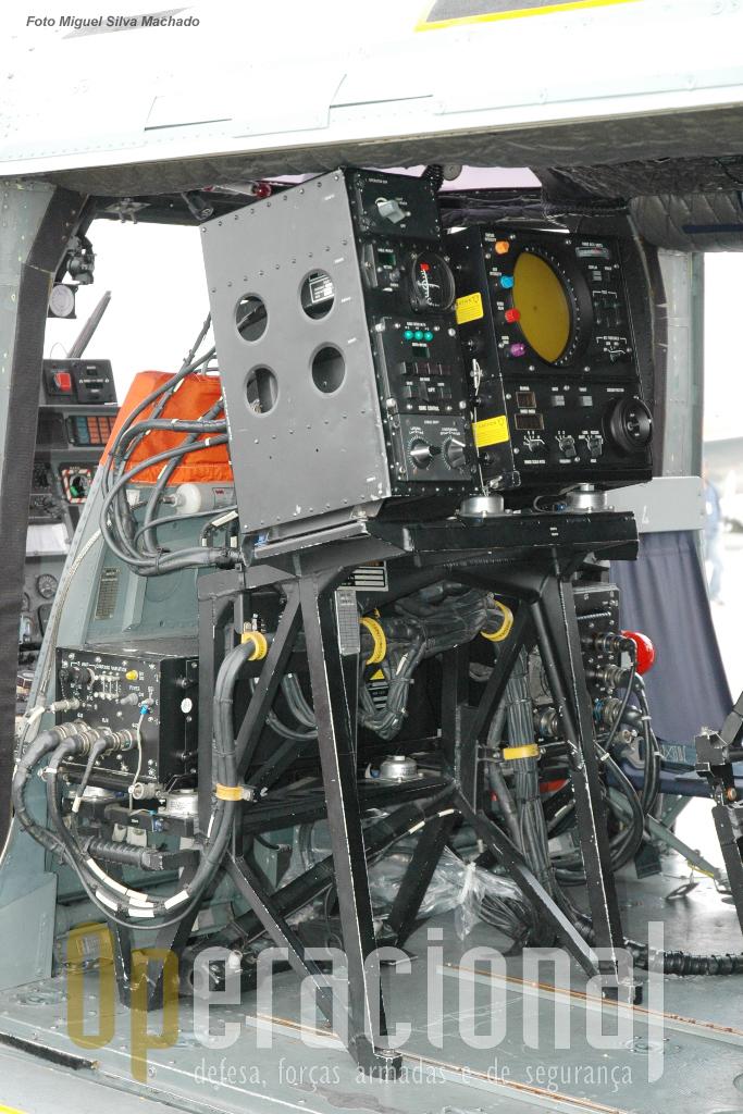 Configurado para a luta anti-submarino com a consola do sonar AQS 18V.