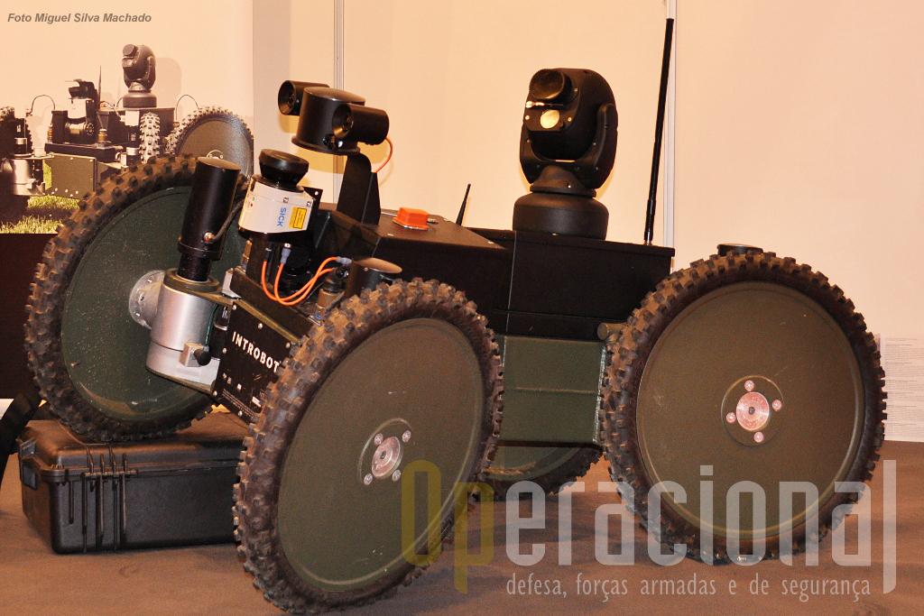 O interessante INTROBOT que pode transportar  350kg de carga útil, tem câmara de vigilância 360.º, 4 horas de autonomia e está a ser proposto para vigilância de áreas industriais...