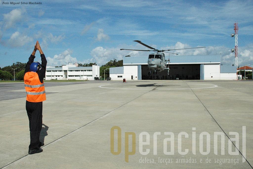 O Lynx não roda no solo. As rodas servem para rodar o heli sobre o seu próprio eixo e facilitar a descolagem dos navios. Ao contrário dos navios que por vezes exigem descolagem rápidas, aqui em terra a descolagem é suave e sempre na vertical.