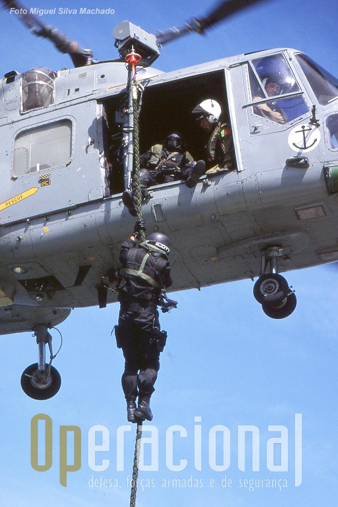 """Elementos do DAE treinam o assalto a uma embarcação através do """"Fast Rope"""". Note.se o guincho adaptado ao Lynx."""