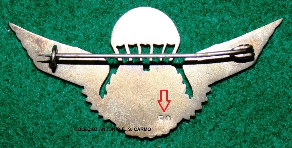 Distintivo de qualificação paraquedista confecionado em metal precioso (platina) e onde se pode visualizar a punção de fabrico e de toque apostos na INCM, conforme o Regulamento das Contrastarias.