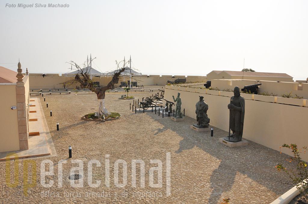 Mais estátuas de origem portugeusa, aqui as que não têm directamente a ver com Angola.Da direita. D. Afonso Henriques; Vasco da Gama, Luís Vaz de Camões.