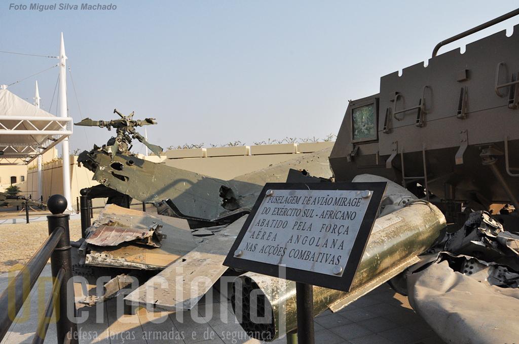 Destroços de um caça Mirage, um helicóptero Puma e uma viatura de transporte de pessoal Buffel.