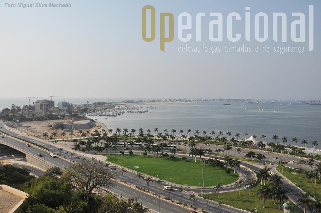 Outra vista, aqui do acesso à Ilha de Luanda, uma das zonas de praias, bares e restaurantes, mais procuradas da capital.