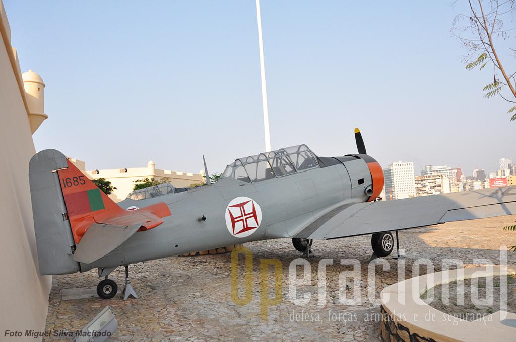 Os dois T-6 de origem portuguesa aos quais nos referimos no texto. Por enquanto as únicas aeronaves recuperadas em exposição.