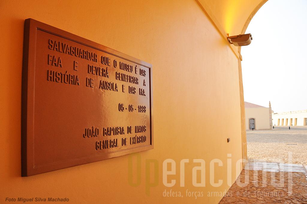 ...e placas com frases significativas de alguns dos chefes militares angolanos.
