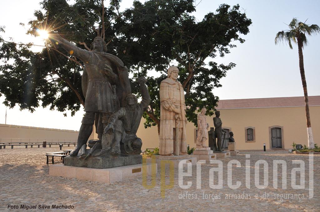 Estátuas que aqui foram concentradas depois da independência estão agora preservadas e identificadas. Da esquerda: Diogo Cão (primeiro navegador português a pisar solo angolano); Paulo Dias de Novais (fundador de Luanda, em 1576); Salvador Correia de Sá (reconquistou Angola aos holandeses em 1647 e foi governador 1648-51); Pedro Alexandrino da Cunha (governador de Angola 1845-48); Henrique de Carvalho (explorador  da Muatiânvua na Lunda em  1884).