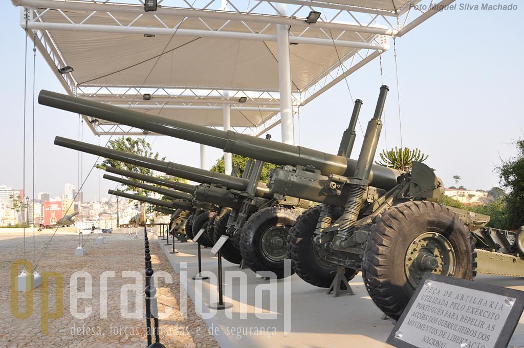 Peças de11,4 cm m/46 de origem portuguesa em primeiro plano. A última arma é um obus 10,5cm.