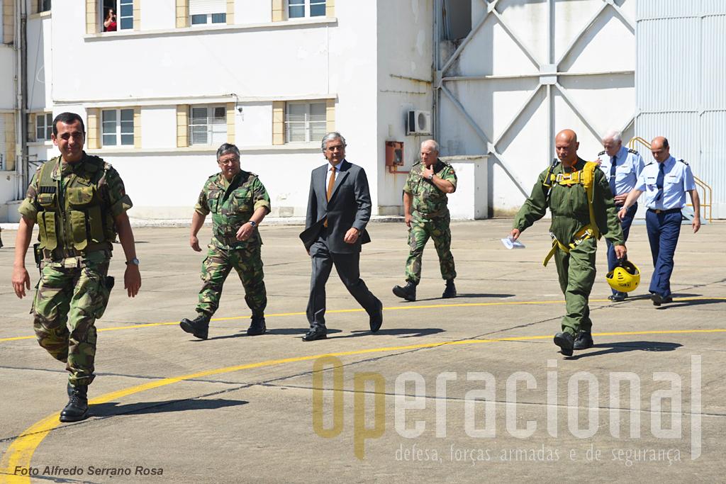 As altas entidades também embarcaram para assistir a um lançamento de pára-quedistas de dentro do C-130. Da esquerda. MGen Fernando Serafino (Cmdt. BrigRR), Gen. Pina Monteiro (CEME), Dr. Aguiar Branco (MDN), TGen Carlos Jerónimo (Comandante Forças Terrestres), Gen. Luís Araújo (CEMGFA), Gen. José Pinheiro (CEMFA). Com pára-quedas de largador (amarelo) o TCor. Pinho, responsável pelo  lançamento.