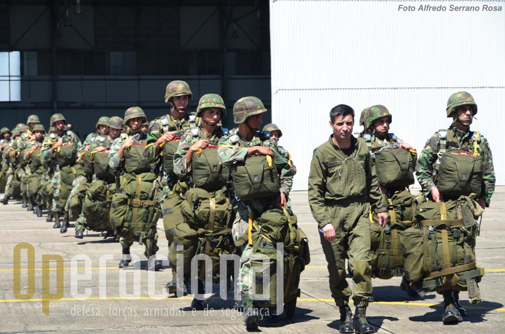 Nova patrulha de salto dirige-se ao avião...