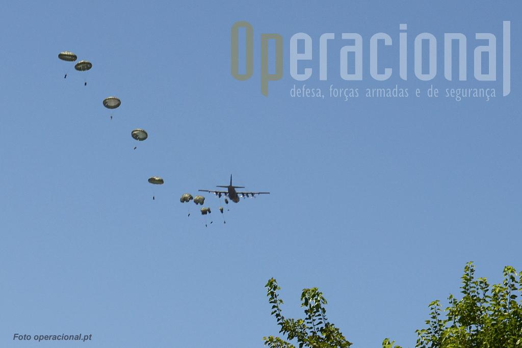 ...em minutos estão no espaço a efectuar os procedimentos necessários a verificar o equipamento e preparar a aterragem.