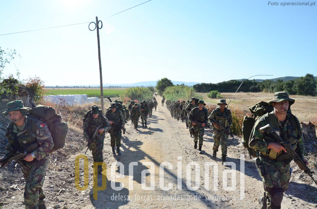 Feita a reorganização e entregues os pára-quedas, o batalhão inicia a marcha para o objectivo.