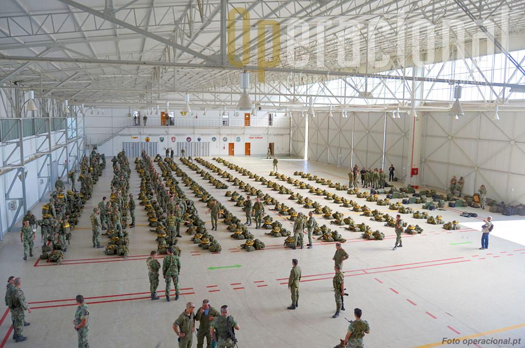 """Hangar da antiga Base Aérea n.º 3. O 1.º BIPara começa a """"equipar"""". Cerca de 400 militares vão ser inseridos por salto em pára-quedas no teatro de operações."""