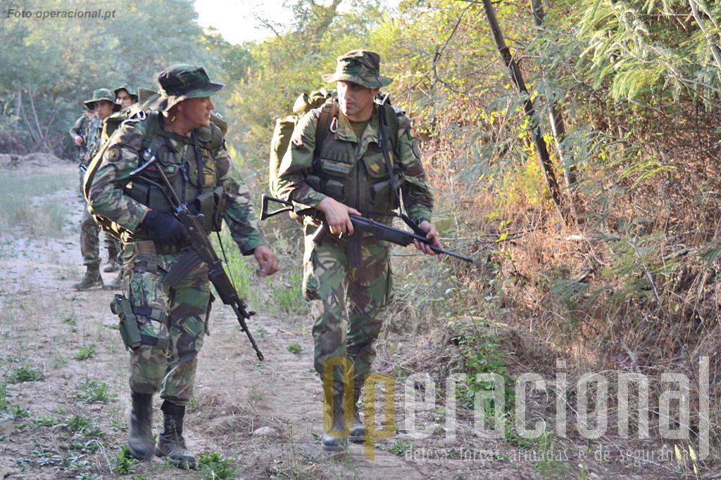 O comandante do batalhão (à direita) e o sargento-chefe, mais dois militares, armados e equipados para combate.