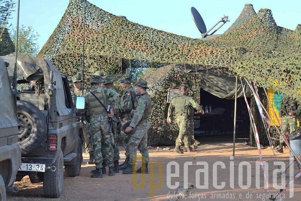 A pista de aviação, porta de entrada e saida do teatro de operações está segura. O 1BIpara instala-se para preparar a evacuação dos não-combatentes.