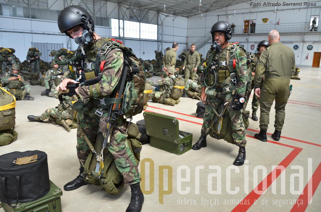 Os Saltadores Operacionais a Grande Altitude da Escola de Tropas Pára-quedistas.