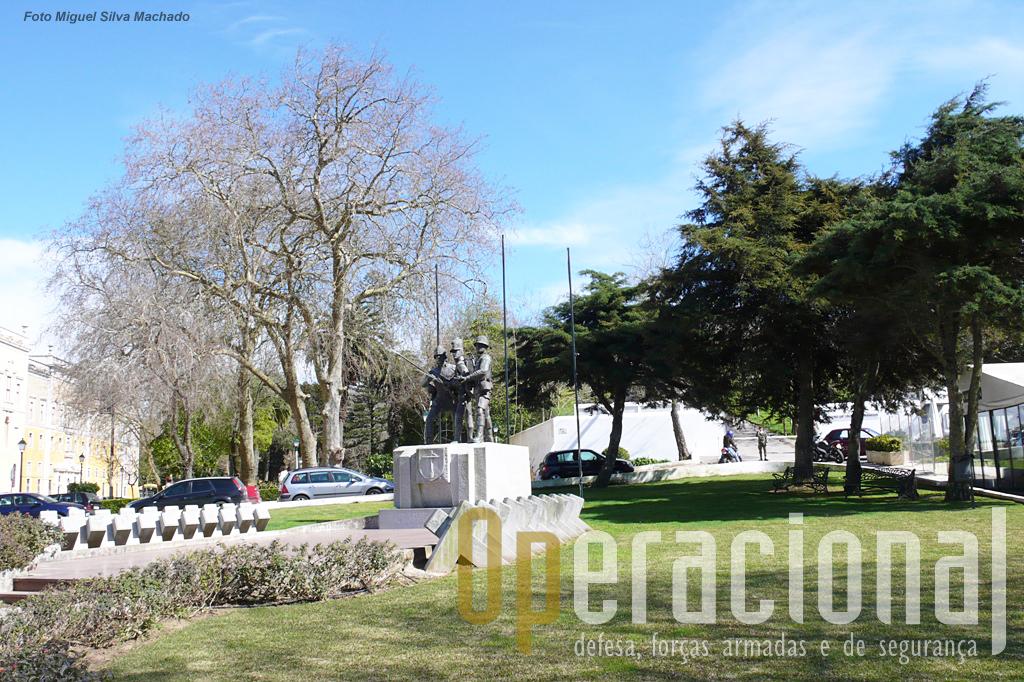 Anteriormente a localização convidada à visita dos passantes, para ver detalhes da estatuária e do restante monumento, por exemplo a alusão às muitas batalhas da infantaria portuguesa.