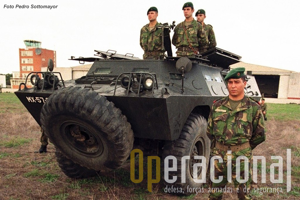 """11.Em Dezembro de 1995 os pára-quedistas, já transferidos da Força Aérea para o Exército, recebem pela primeira vez """"Chaimites"""", oriundas de várias unidades de Cavalaria (como esta V-200 porta-morteiro 81mm vinda do RC 6), destinadas à missão que em Janeiro de 1996 iniciaram na Bósnia-Herzegovina"""