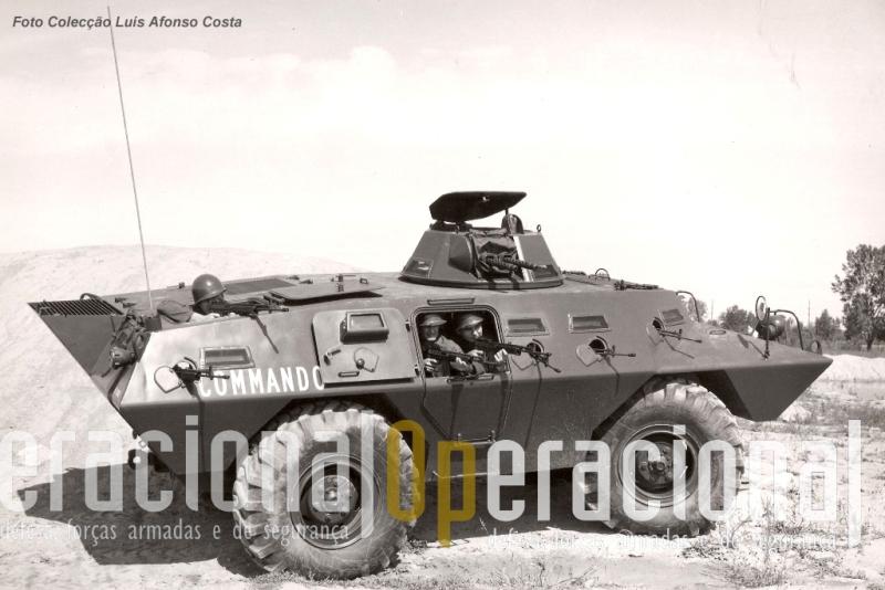 """Fotografia publicitária da V-100 """"Commando"""" / Cadillac-Gage que a SLAR distribuiu aos potenciais clientes da viatura em Portugal."""