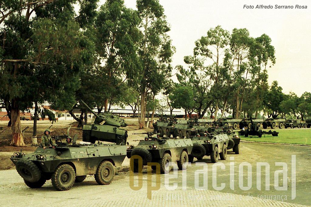 O 2.º Batalhão de Infantaria Aerotransportao em exercicios no Campo Militar de Santa Margarida nos finais de 1995. As V-200 acabadinhas de ser recebidas de outras unidades do Exército para a missão na Bósnia-Herzegovina.