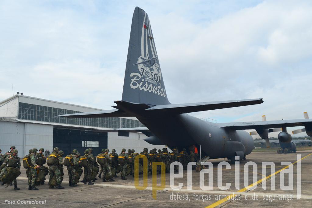 Dois Hércules C-130 da Esquadra 501 da Força aérea Portuguesa garantiram o transporte aéreo e lançamento em pára-quedas da força.