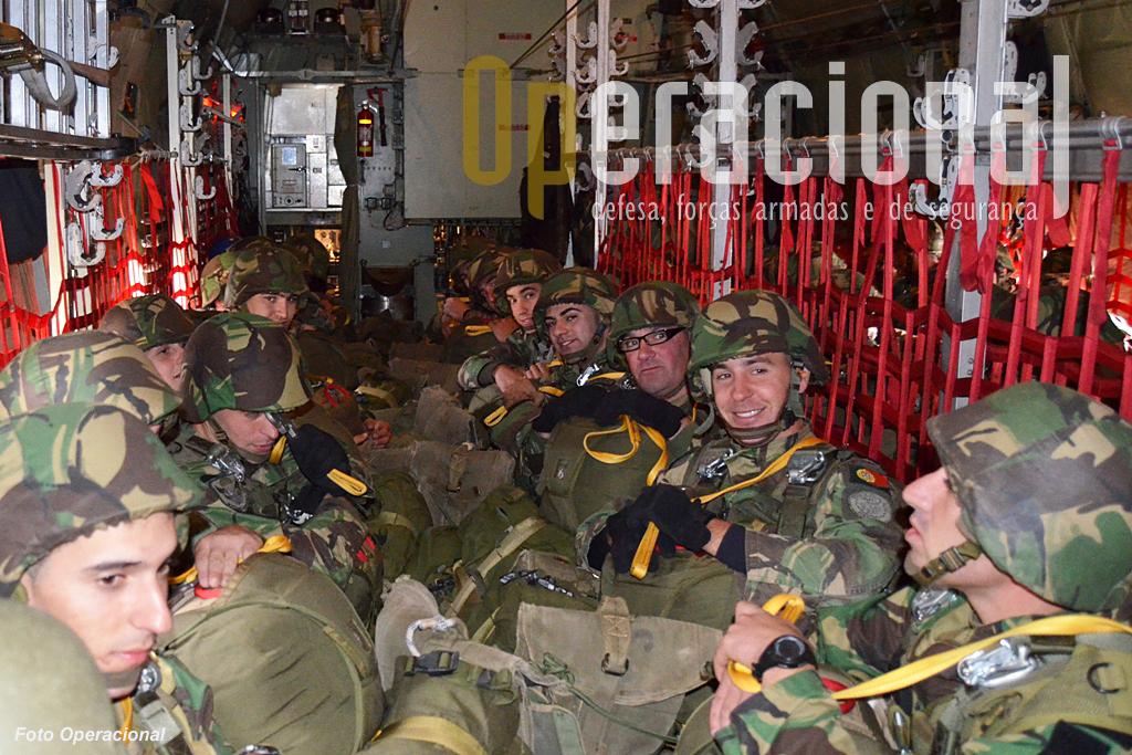 52 pára-quedistas equipados e armados para combate em cada C-130. Não sobra grande espaço..