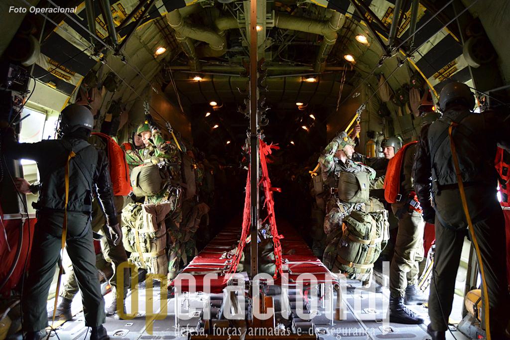 """os """"load masters"""" já entregaram as portas aos largadores, e dentro de segundos vai ser dada a ordem de """"Em posição!"""", na qual o primeiro militar de cada """"patrulha de salto"""" aguarda a """"luz verde""""."""