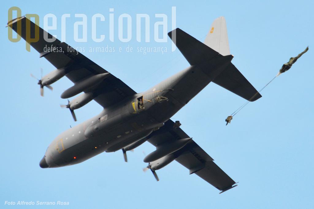 """""""Já!"""", instantaneamente os primeiros pára-quedistas saltam pelas duas portas do C-130."""