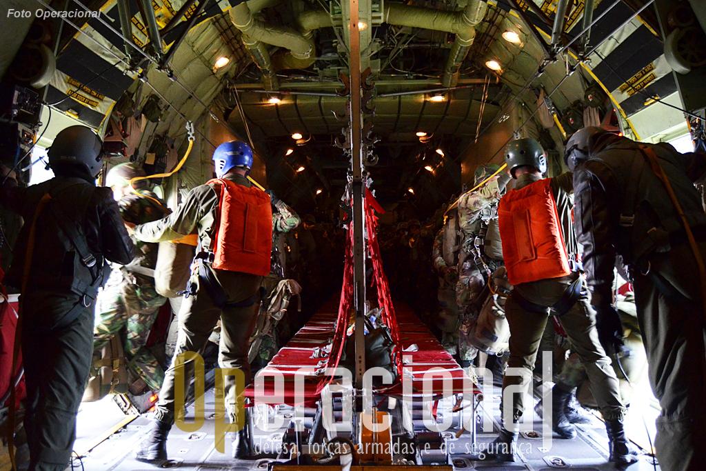Em segundos, 26 militares saltam por cada porta do C-130.