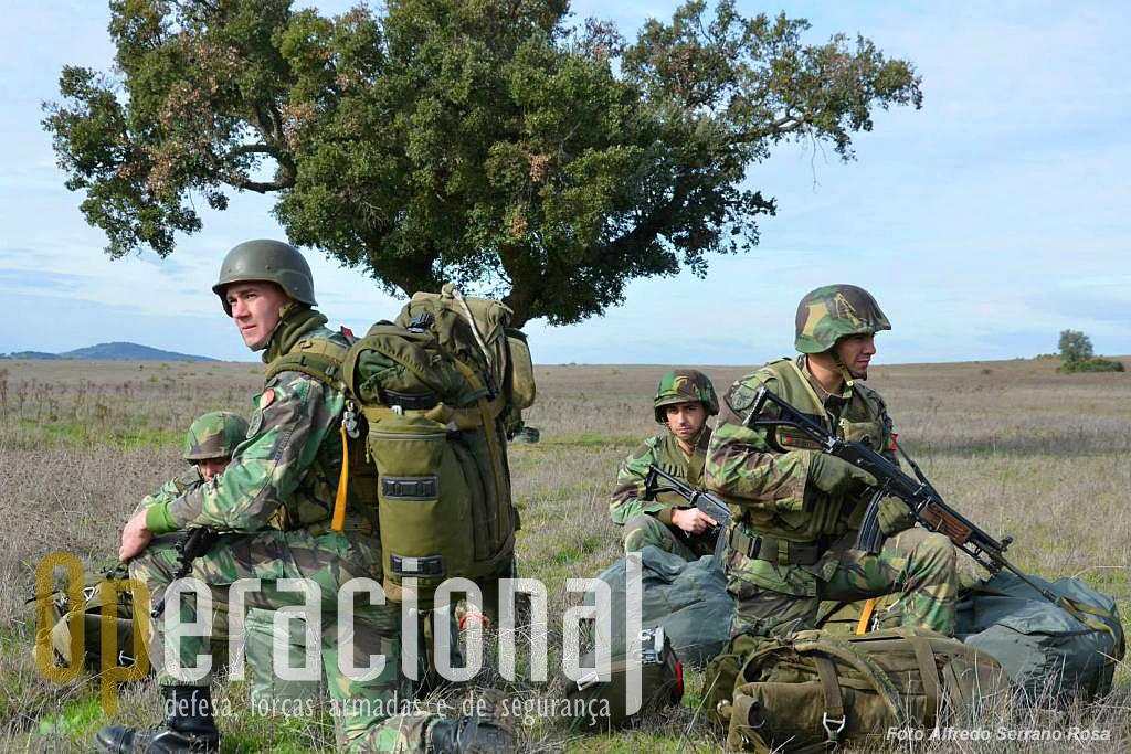 Estes militares fazem um pequeno alto, ainda na ZL - mantendo a segurança periférica - a aguardar a chegada da restante secção.  Um dos militares usa a Gali 5,56mm AR (com bipé e carregador de 50 munições).