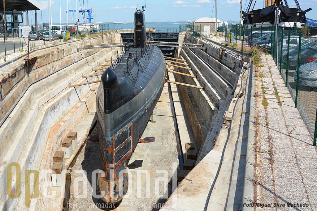 """O antigo """"NRP Barracuda"""" na doca seca n.º1 em Cacilhas, 30ABR2014"""