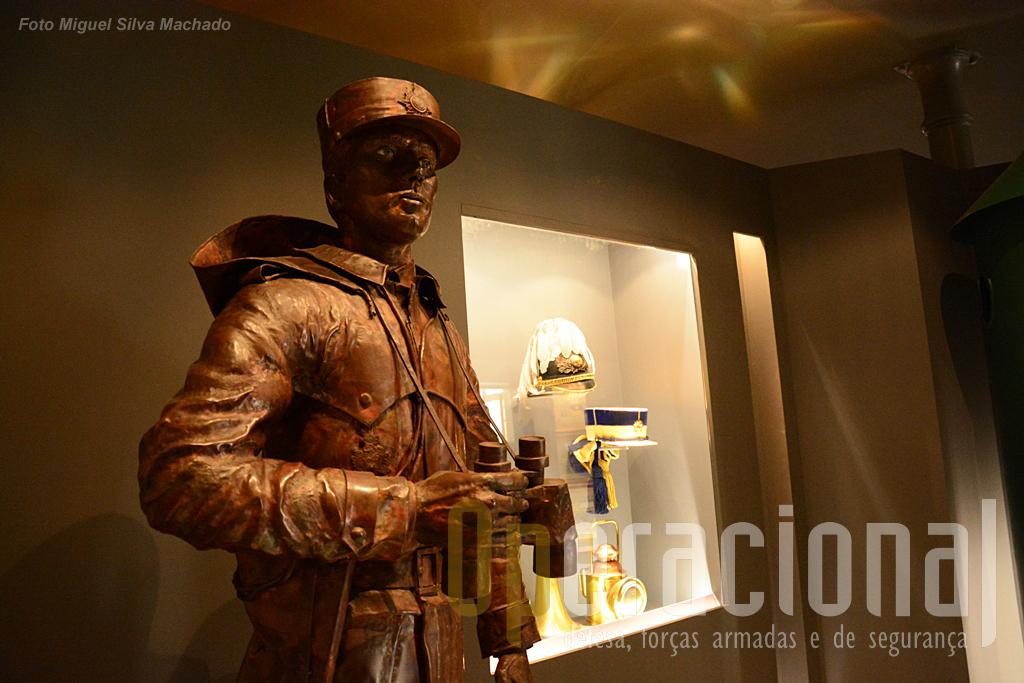 A memória da Guarda Fiscal com mais uma bela obra do Mestre Soares Branco e uma vitrina com vários elementos museológicos.
