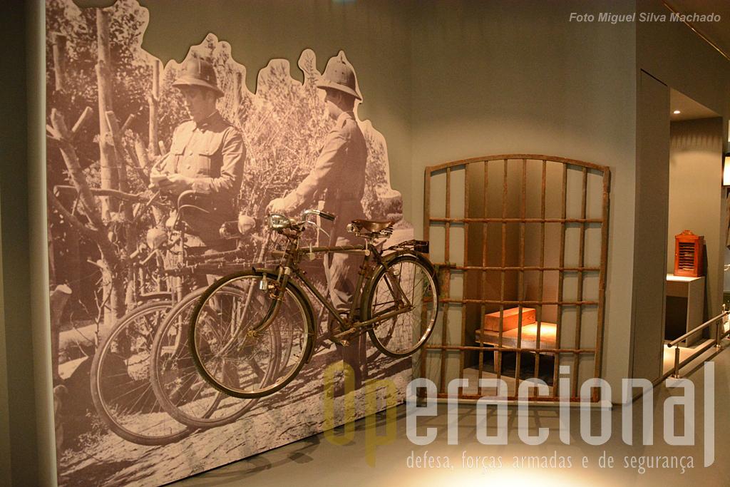 Uma cela e uma patrulha usando bicicleta, realidade de uma época bem conhecida no interior de Portugal.
