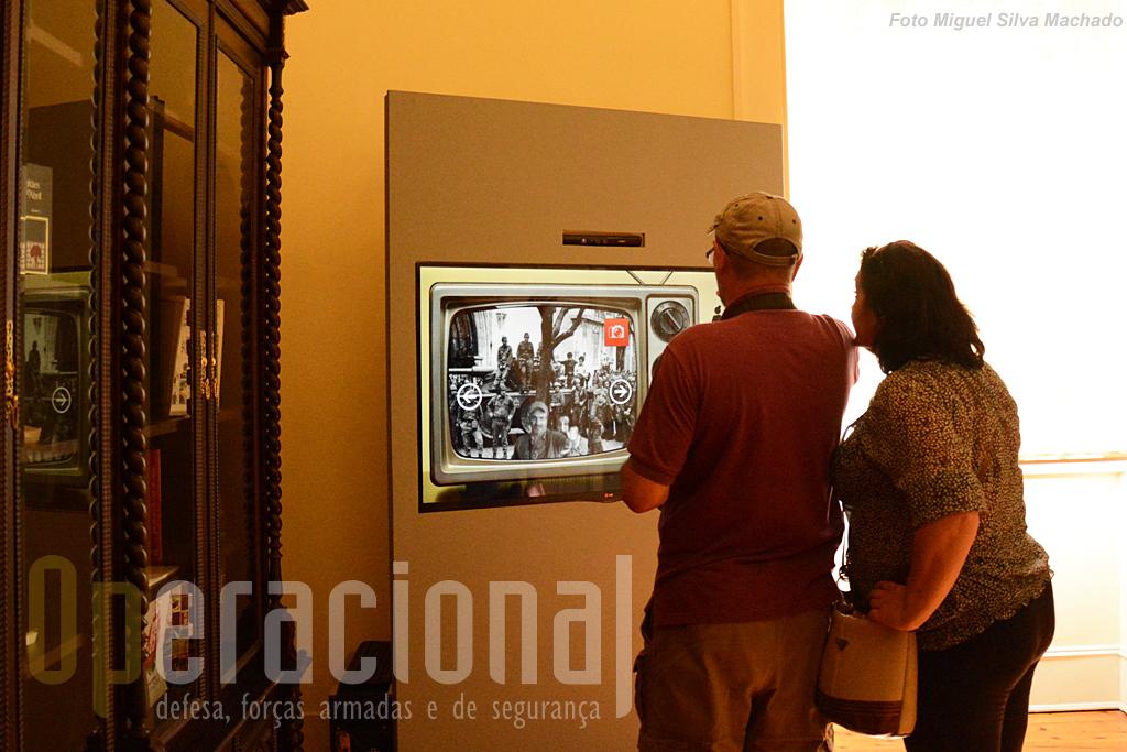 """As novas tecnologias deliciam muitos dos visitantes que """"se colocam"""" numa das fotos do 25 de Abril de 1974 e depois podem ficar com ela via redes sociais."""