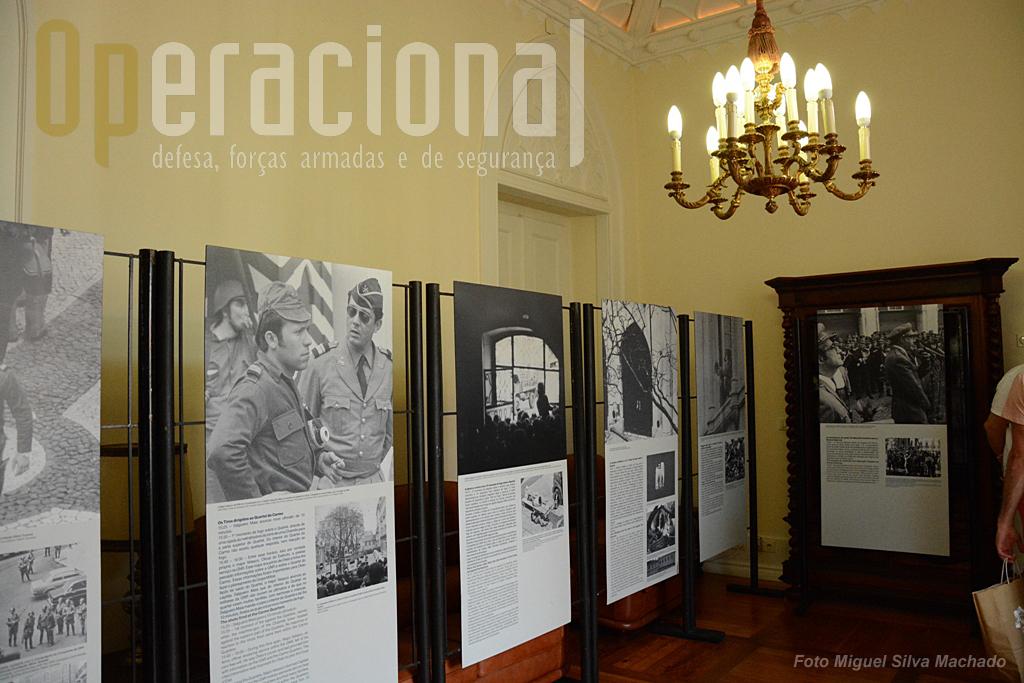Junto ao gabinete do Comandante-Geral que pode ser visto parcialmente, está um salão onde se ouvem gravações alusivas ao 25ABR74 e outra sala, na foto, onde fotos e legendas mostram os principais eventos dessa data com intervenção da GNR.