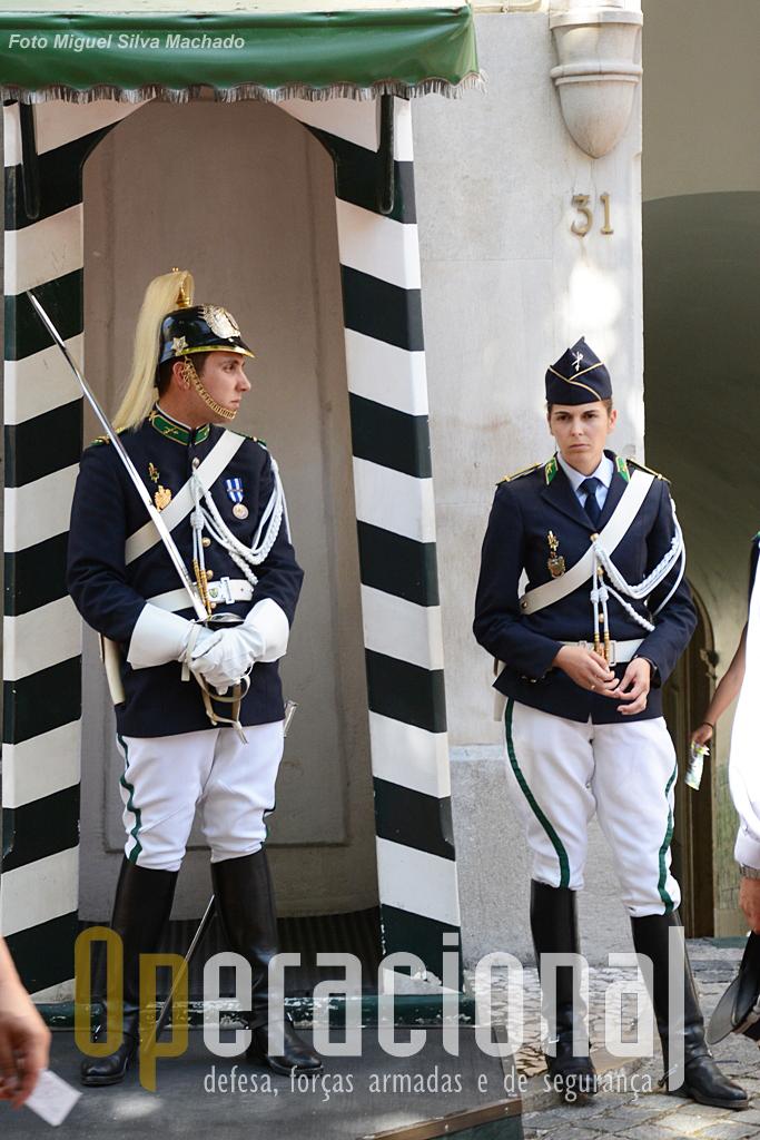 Os vistosos uniformes da cavalaria da GNR fazem as delicias de muitos turistas que não deixam de os fotografar...