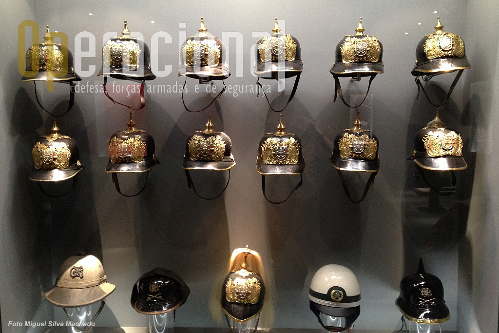 Colecção de capacetes usados pela GNR ao longo dos anos, muitos de cerimónia mas também alguns operacionais.