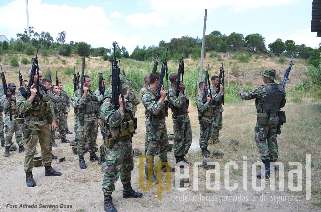Terminada a sessão de tiro, as regras de segurança - verificar se não há munições nas espingardas - são rigorosamente cumpridas.