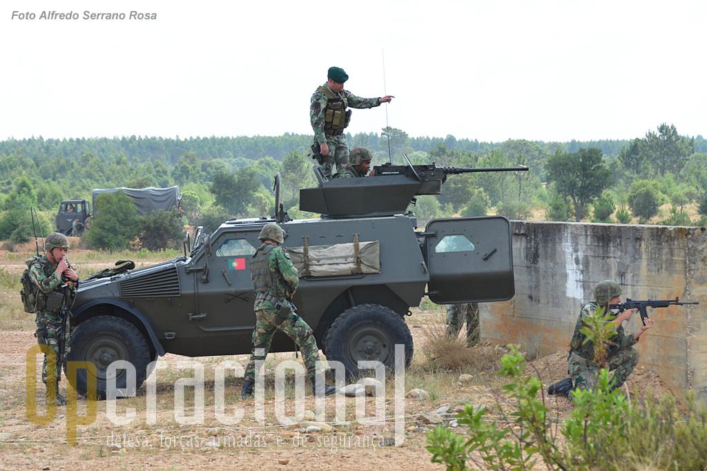 """A """"Panhard"""" M11 com torre e metralhadora pesada Browning M2HB calibre 12,7mm, que tem sido intensamente usada pelos vários batalhões do Exército no Kosovo."""
