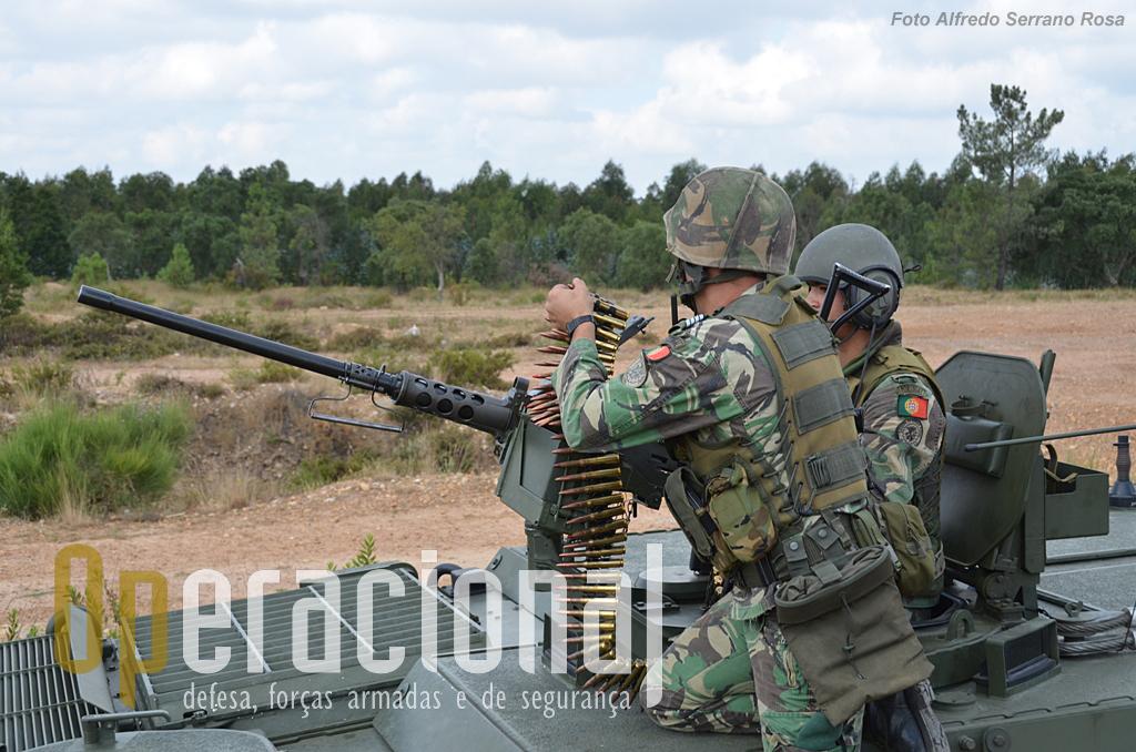 """A """"Browning"""" 12,7mm é um caso raro de longevidade operacional, não só em Portugal - onde por vezes os armamentos são usados mais anos, muito mais, do que deviam - mas nos exércitos mais modernos e bem equipados do mundo. Com pequenas alterações está em uso desde os anos 30 do século XX. Ao Exército Português chegou ainda antes da Guerra do Ultramar."""