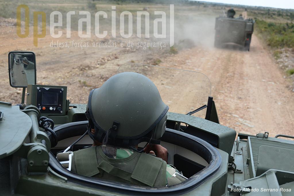 O sistema de intercomunicação dentro da viatura PANDUR II, é de fabrico nacional (EID) e dele fazem parte os capacetes do condutor (na foto) e do apontador 12,7mm.