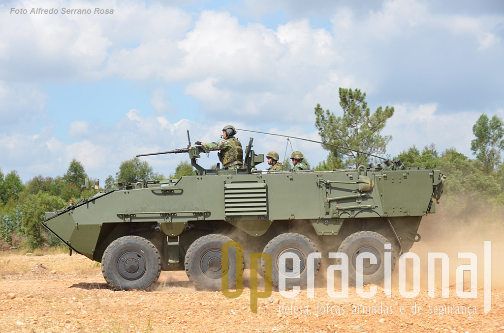 A Viatura Blindada de Rodas 8X8 Transporte de Pessoal Pandur II com reparo para a Metralhadora Pesada Browning 12,7 mm. Uma das limitações desta versão é precisamente a falta de protecção do operador da arma pesada.
