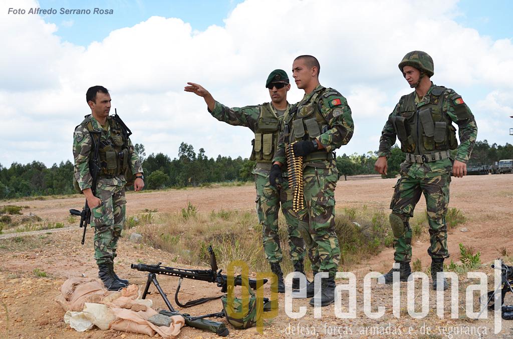 Uma sessão de tiro real é mais do que o manuseamento das armas, há questões ligadas à regras definidas pela força multinacional onde os militares vão actuar, que têm que ser estudadas e testadas.