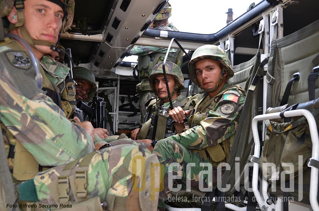 O compartimento de transporte dá para uma Secção de Atiradores, composta por 1 sargento e 7 praças. Em termos de segurança e conforto, deu-se um salto qualitativo enorme em relação à V-200.