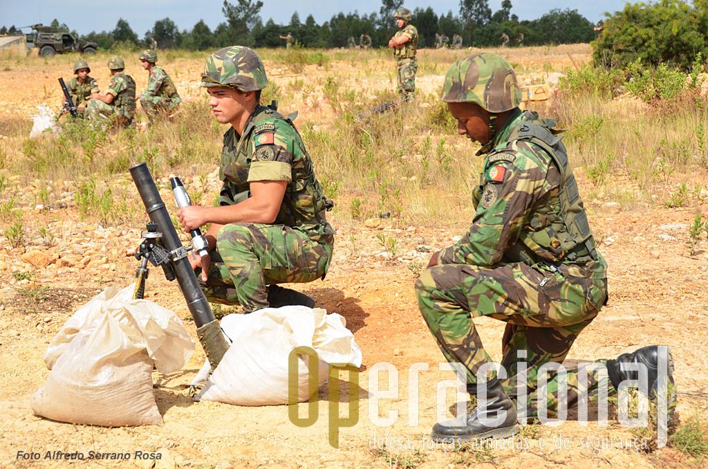 """Morteiros 60mm """"long range"""", aqui a ser utilizados com o """"sub-calibre"""" para exercícios."""